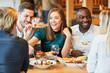 canvas print picture - Gruppe Freunde bei Mittagessen im Restaurant