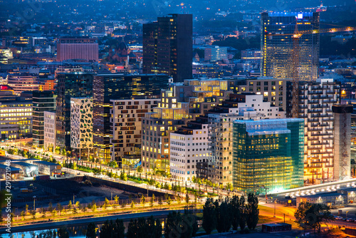 Photo Night view of illuminated street in the Oslo business center