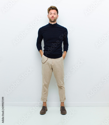Photo young full body man looking goofy and funny with a silly cross-eyed expression,