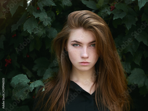 Closeup headshot of a beautiful serious caucasian red haired woman with adorable Fototapet