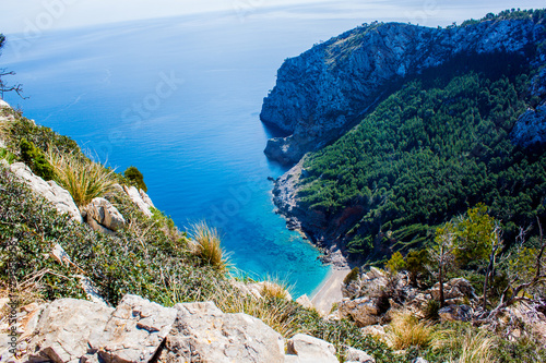 Photo Mallorca blue lagooon panorama view with Mountains and green forest and blue sky