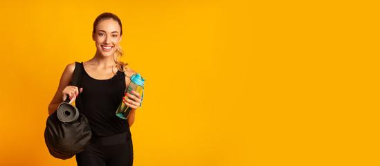 Žena drži fitnes torbu spremnu za trening, studijski snimak, panoramu