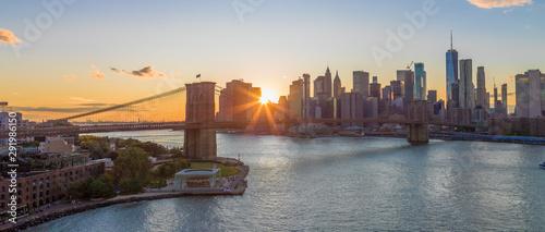 Miasto Nowy Jork linii horyzontu budynków mosta brooklyńskiego wieczór zmierzch