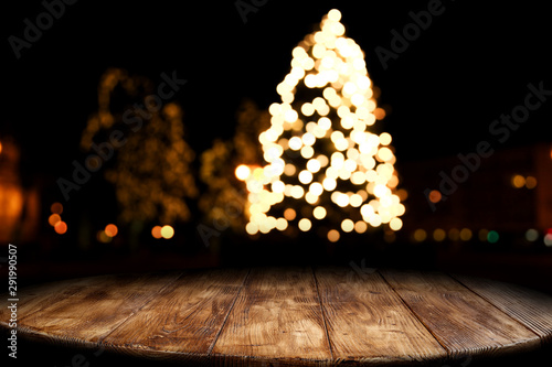 Stampa su Tela  Dark wooden old table and chrismtas tree