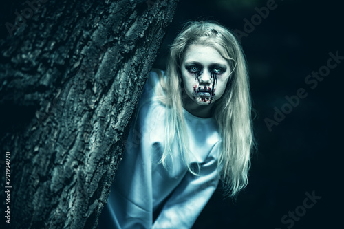 Photo sur Toile Ecole de Danse terrifying zombie girl
