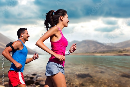 Foto auf Leinwand Lineale Wachstum Fitness, sport, friendship and lifestyle concept - smiling couple running together
