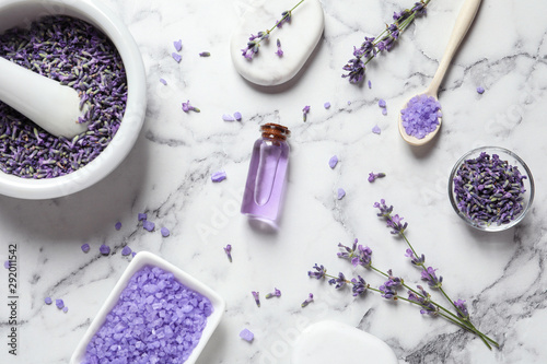 Photo Flat lay composition with lavender flowers and natural cosmetic products on marb