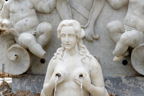 Photo Marble Statues part of the St Andrew Fountain, Amalfi Coast, Piazza del Duomo, I
