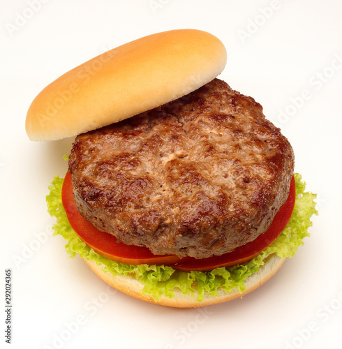 Photo Homemeade plain beef burger in bun, top view with removed bun top