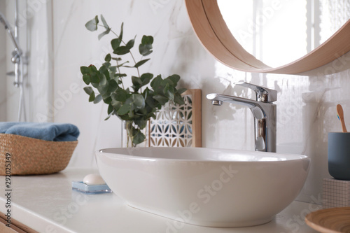 Fotomural  Stylish bathroom interior with vessel sink and decor elements