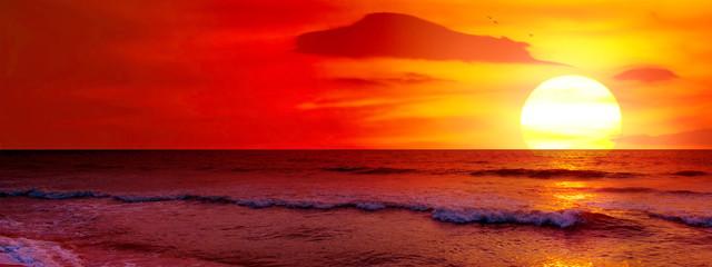 Fantastyczny zachód słońca nad oceanem