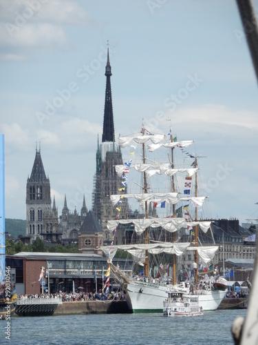 La vue sur les voiliers de l'armada et sur la cathédral de Rouen en Normandie Canvas Print
