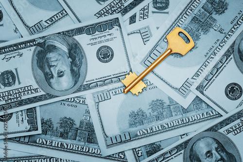Foto  Golden key on 100 dollar bills