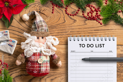 Photo sur Toile Pays d Asie Santa Claus rag doll and to do list notepad on wooden background