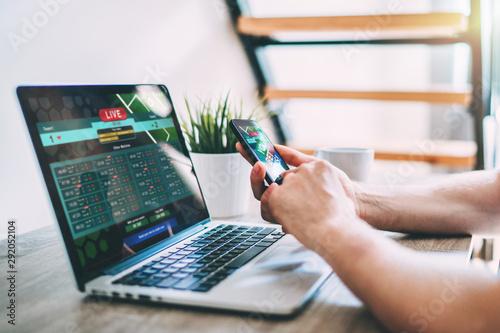 Carta da parati Man making bets online at bookmaker's webcite.
