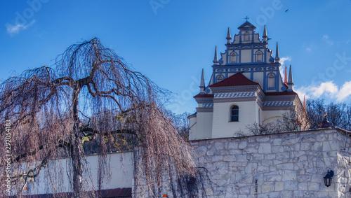Turystyczne miasteczko Kazimierz Dolny, widok  na górkę z kościołem parafialnym w stylu renesansu