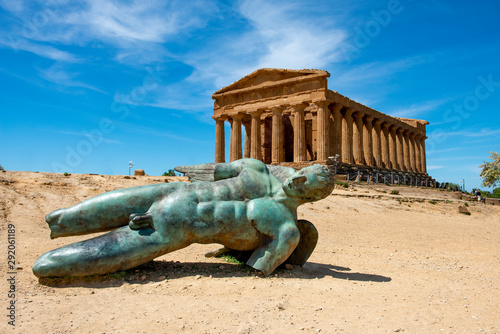 Canvastavla Bronze statue of Icarus in front of the ruins of the Temple of Concordia at the