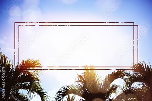Photo Horizontal shot of the sky with palm trees visible and artsy red rectangles edit
