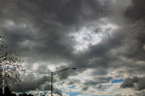 Photo Majestic thunderstorm clouds above a grove of trees with road in dramatic stormy