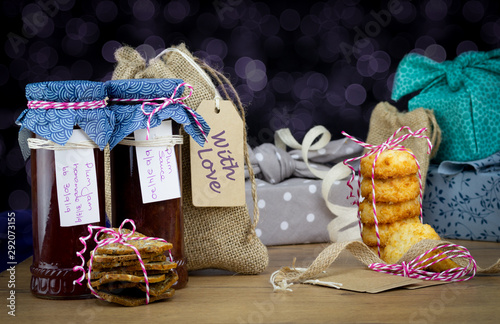 Photo Authentic homemade jams and cookies with fabric gift bags and fabric wrapped gifts