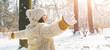 canvas print picture - Glückliche Frau im Winterlichen wald
