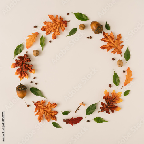Photo sur Aluminium Fleur Creative season layout of colorful autumn leaves and branches. Nature mockup background. Seasonal concept. Flat lay wreath.