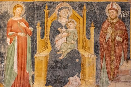 ruiny-sredniowiecznego-pokazu-religijnego-fresku