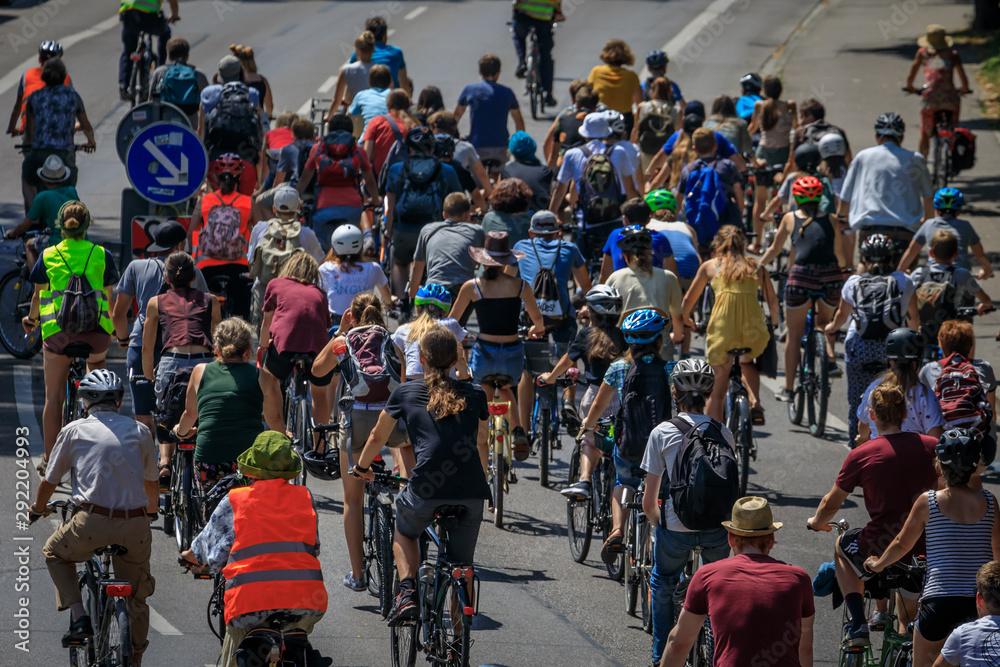 Fototapeta Fahrraddemonstration auf einer Hauptstrasse in einem Stadtgebiet