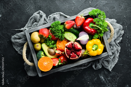 Photo sur Aluminium Fleur Fresh fruits, vegetables and berries. On a black background. Banner Top view. Free space for your text.