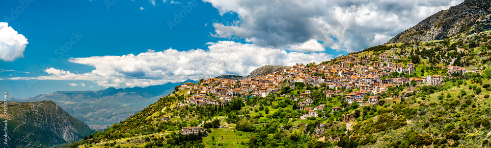 Pamoramic widok miasta Arachova w Grecji <span>plik: #292207980   autor: Leonid Andronov</span>