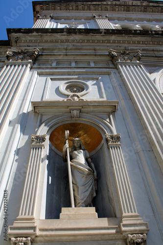 Fototapeta  Statua religiosa tra ombra e luce