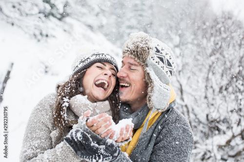 Pärchen im Schnee ist verliebt und schmust Wallpaper Mural