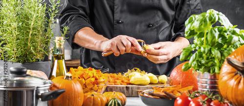 Chefkoch schält kartoffeln für ein Restaurant gericht Fotobehang