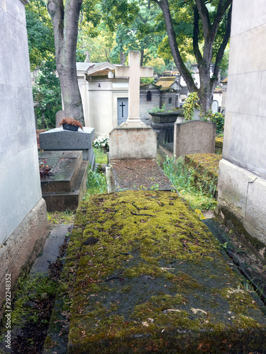 Graves and tombs in Père Lachaise cemetery, Paris, France, spring, 2019 Fototapet