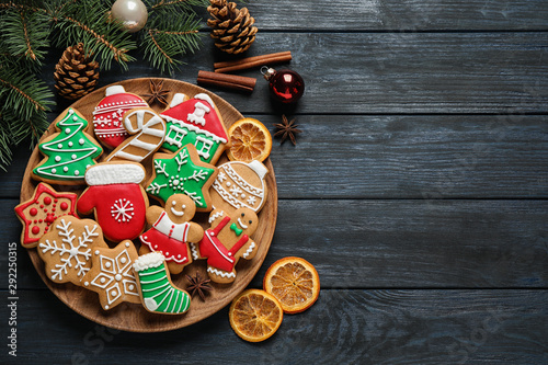 Photo  Flat lay composition with tasty homemade Christmas cookies on dark blue wooden t
