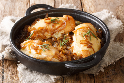 Foto op Canvas Kip Baked chicken onion breast with cheese in a spicy wine sauce close-up in a pan. horizontal