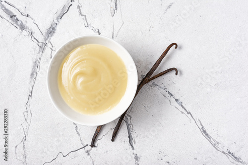Tablou Canvas Bowl of tasty sweet sauce with vanilla sticks