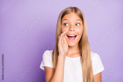 Fotografía  Close up photo of excited funky interested model child girl hold hand near mouth