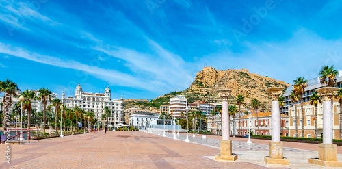 Photo Houses on the promenade of Alicante, Spain in the Baroque style among palm trees