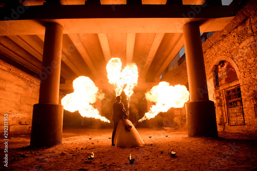 Photo  Wedding couple with skull face art is standing in the dark