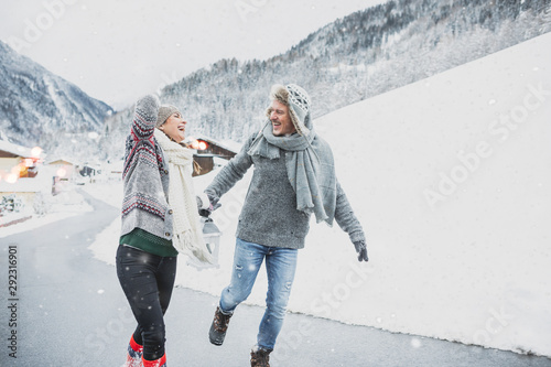 Poster Glisse hiver Wandern im Schnee Mann und Frau