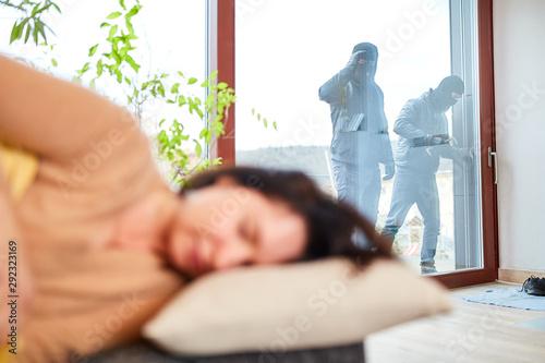 Fotomural  Einbrecher bei Überfall mit Frau im Haus