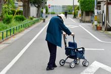 道路を横断する高齢者...