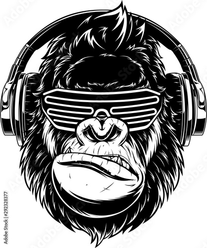 Photo Ferocious gorilla in headphones