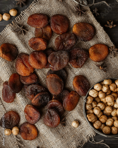 Photo sur Toile Pays d Asie Dried peaches on flax linen fabric with fresh hazelnuts with skin
