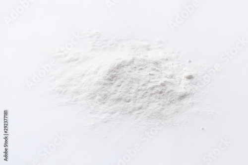 Fotografía  A pile of stabilizer powder on a white background.