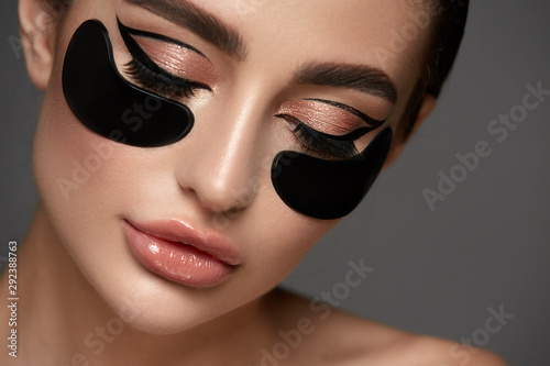 Cuadros en Lienzo Beauty Woman with Eye Patches