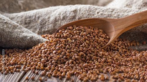 Fotomural  Rural still-life - the peeled groats of buckwheat (Fagopyrum esculentum) on the