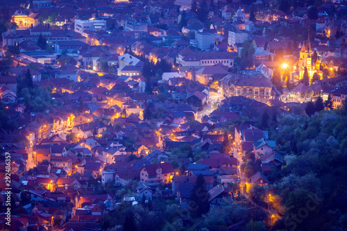 Montage in der Fensternische Violett Aerial panorama of Brasov at dawn