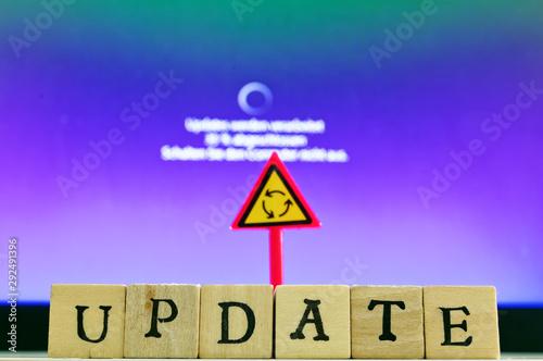 Photo  Schrift Update mit Update-Vorgang im Hintergrund bei der Konfiguration des Compu